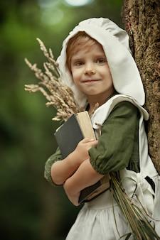 Magische jeugd. wonderen gebeuren. een klein feeënmeisje loopt door een ongelooflijk mooi groen bos. slaap verhaaltjes.