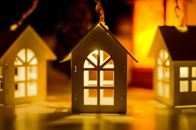 Magische kerst decoratieve slinger met verlichting, winter achtergrond met silhouet