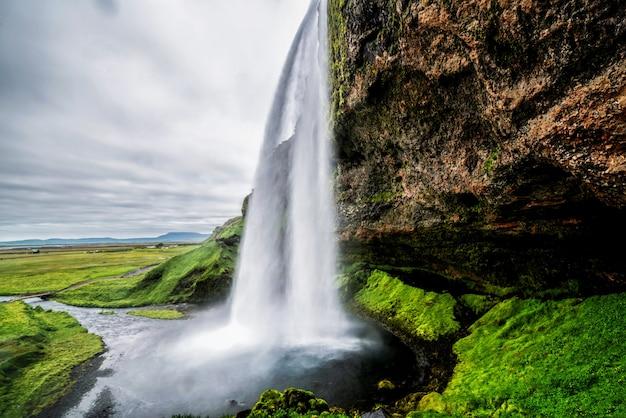 Magische seljalandsfoss-waterval in ijsland.
