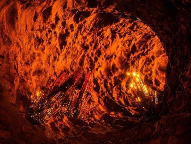 Magische verlichte grot met kristal erin. 3d-afbeelding