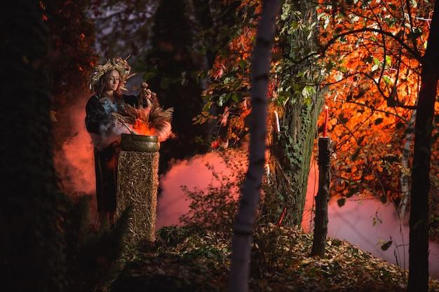 Magische vrouwenzitting in brandende pentagramcirkel.