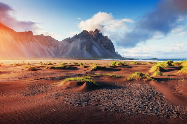 Magische zonsondergang op een zandstrand. schoonheid wereld. kalkoen