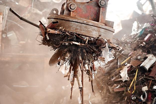 Magneetkranen worden in de recyclingindustrie gebruikt om ijzerschroot te verwijderen