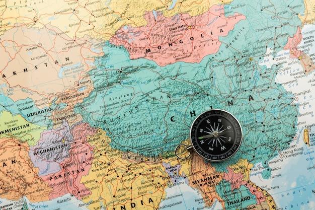 Magnetisch kompas op de kaart.