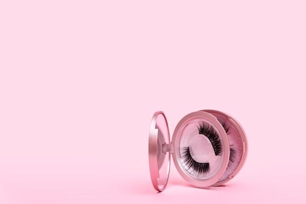 Magnetische nep wimper in spiegel kit geïsoleerd op roze
