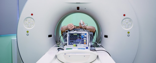 Magnetische resonantiebeeldvormingsscan met patiënt tijdens de procedure