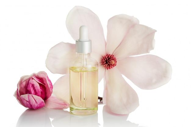 Magnolia bloem olie geïsoleerd. huidverzorging, spa, wellness, massage, aromatherapie en natuurlijke geneeskunde