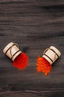 Magyar (hongaars) briljant rood zoet en heet paprikapoeder. traditionele kruiden voor het koken van nationale gerechten. houten vaatjes