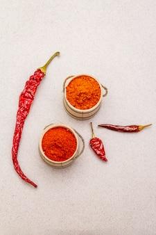 Magyar (hongaars) rood zoet en heet paprikapoeder. traditionele kruiden voor het koken van nationale gerechten, verschillende soorten droge peper. houten vaatjes,