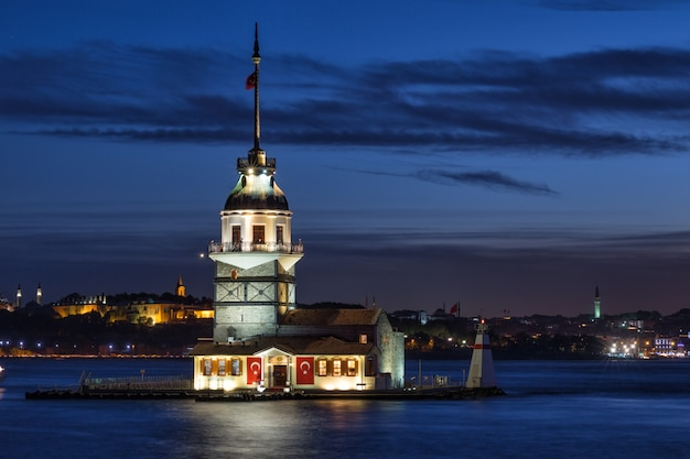 Maiden's tower in bosporus 's nachts