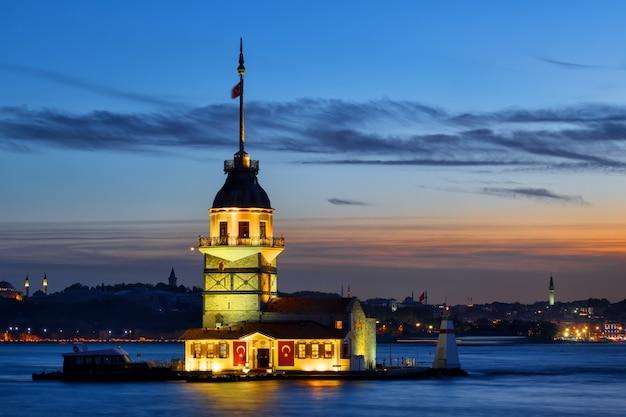 Maiden's tower in de wateren van de bosporus