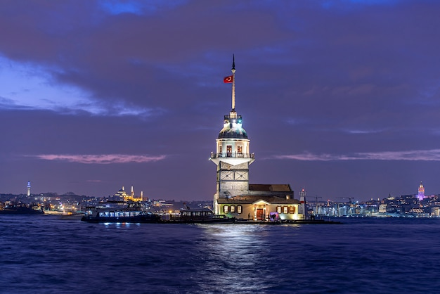 Maiden's tower of kiz kulesi in night time in istanbul, turkije
