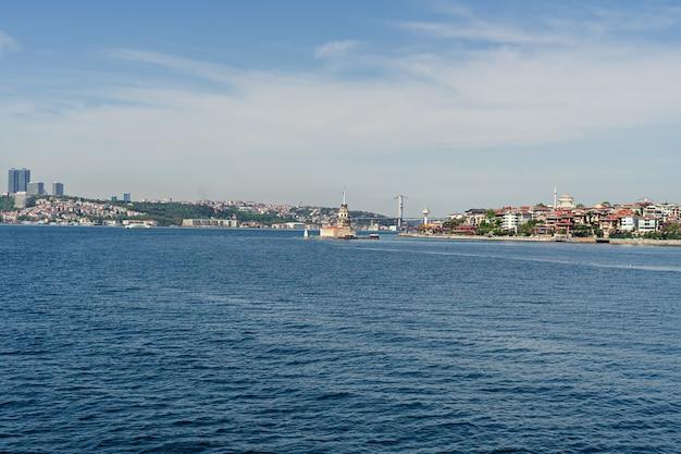 Maidens tower en bosphorus bridge panorama van istanbul city