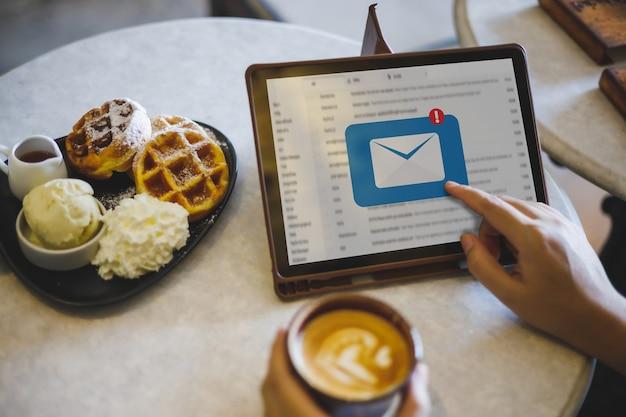 Mail communicatie verbindingsbericht naar mailing contacten telefoon global letters concept