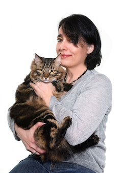 Maine coon kat en vrouw