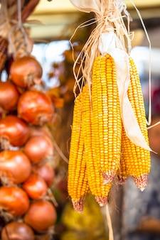 Maïs en ui in fruitmarkt en groente