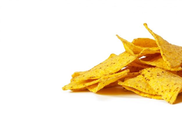 Maïs nachos geïsoleerd op wit