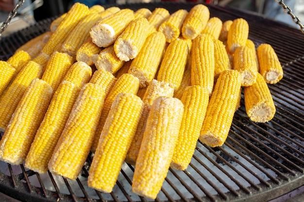 Maïs op de grill. straatvoedsel. vegetarische snack.