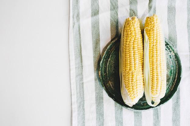 Maïs op gestreepte doek