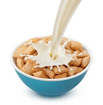 Maïs pads met gietende melk geïsoleerd op een witte achtergrond