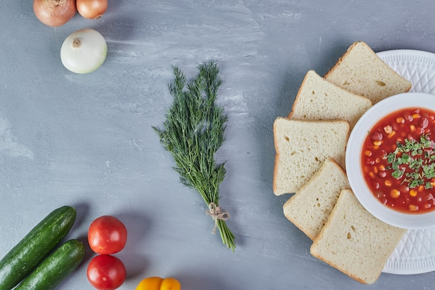 Mais soep in tomatensaus met uien en kruiden.