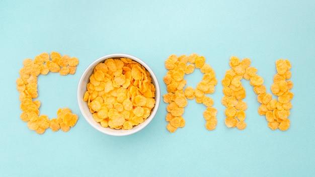 Maïs woord geschreven met cornflakes