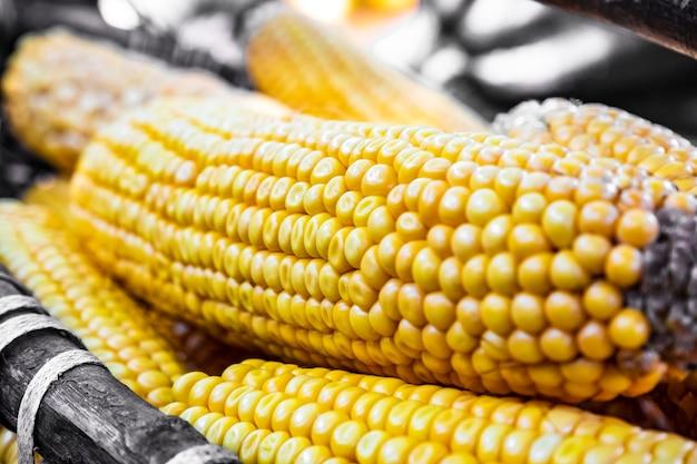 Maïs wordt geoogst en gedroogd in de zon in manden en kratten op de achtertuin of in de landbouw. zachte focus. graan als artistiek apparaat. detailopname. buitenshuis.