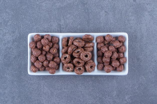 Maïsballen en maïsringen op een kom, op de marmeren achtergrond. hoge kwaliteit foto