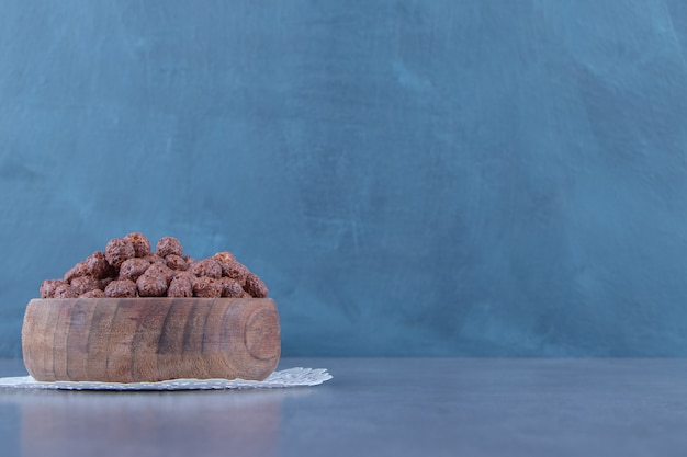 Maïsballen in een kom op een onderzetter, op de marmeren achtergrond. hoge kwaliteit foto