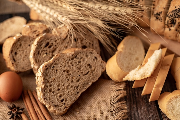 Maïsbrood gesneden op de zak