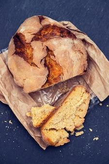 Maïsbrood met olijven en rode wijn