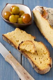 Maisbrood met olijven