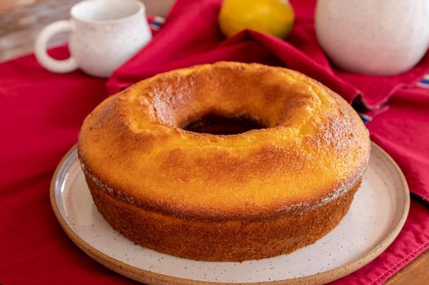 Maïscake met sinaasappel op tafel voor koffie in de middag