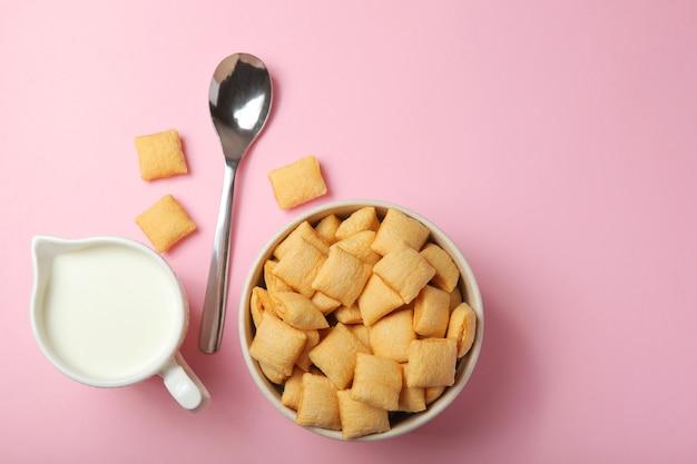 Maïspads met ontbijtvulling op een gekleurde achtergrond close-up