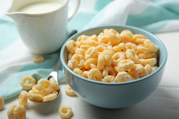 Maisringen in glazuur voor ontbijt op tafel met rattenplan