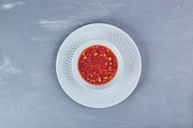 Maïssoep in tomatensaus.