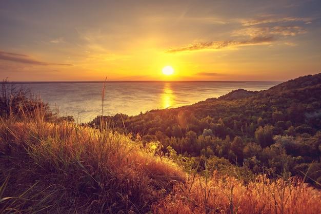 Majestueus aardlandschap met zonsonderganghemel