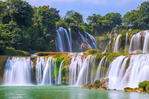 Majestueuze aziatische cascade stroom platteland