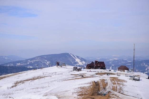 Majestueuze bergachtige winterlandschap