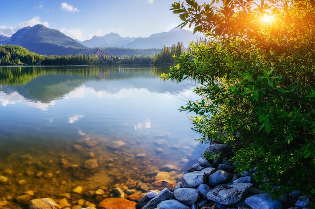 Majestueuze bergmeer in nationaal park hoge tatra. strbske ples
