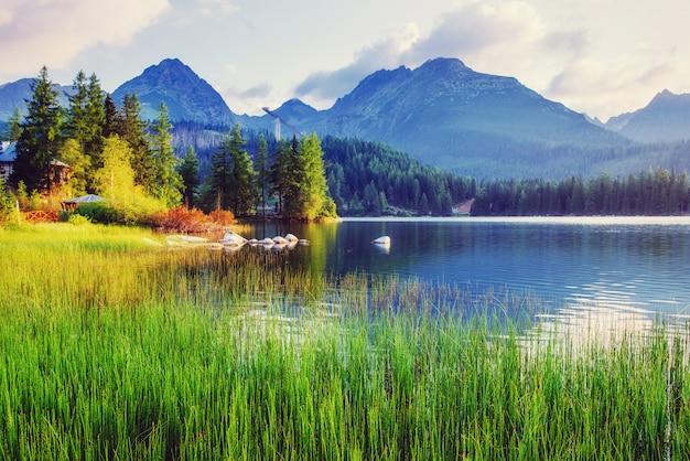 Majestueuze bergmeer in nationaal park hoge tatra.