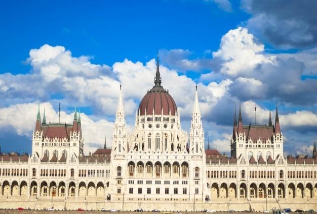 Majestueuze gebouw en bewolkte hemel