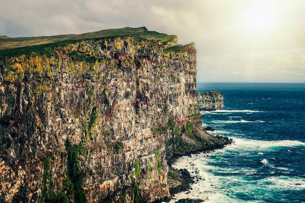 Majestueuze latrabjarg-klip in de westfjorden, ijsland.