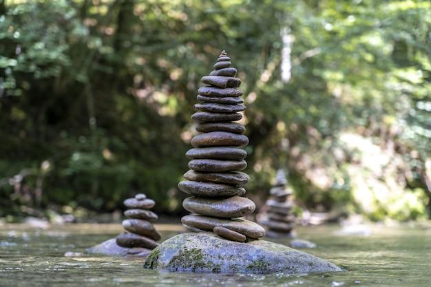 Majestueuze opname van veel stenen piramides in evenwicht op een rivierwater
