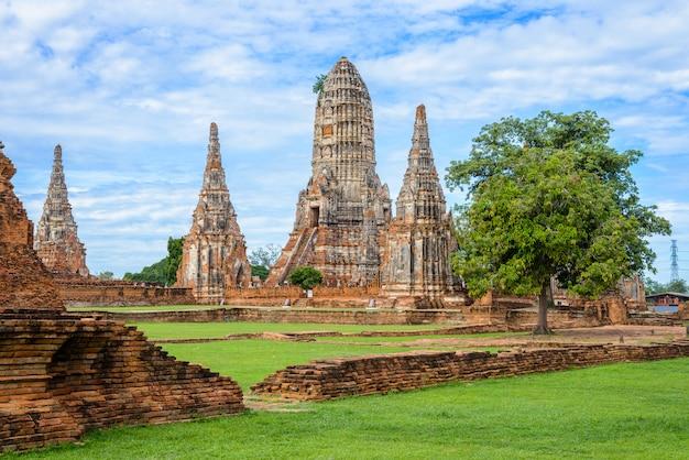 Majestueuze ruïnes van 1629 wat chai watthanaram gebouwd door koning prasat tong met zijn belangrijkste prang (midden) die de berg meru vertegenwoordigt, de verblijfplaats van de goden
