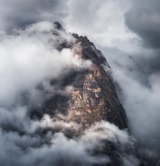 Majestueuze scène met bergen in wolken in donkere avond in nepal