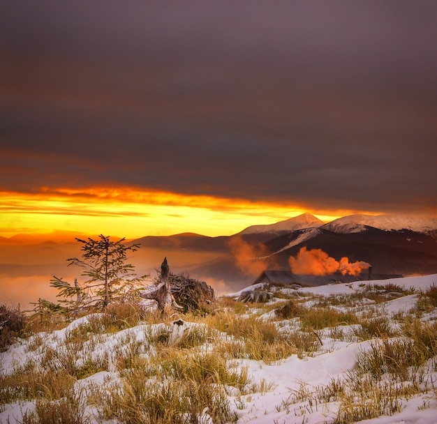 Majestueuze zonsondergang in de bergen.
