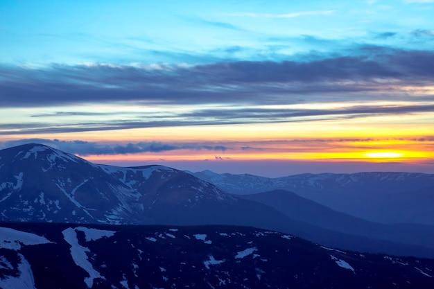 Majestueuze zonsondergang in de besneeuwde bergen