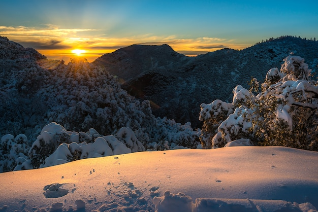 Majestueuze zonsondergang in het landschap van de winterbergen