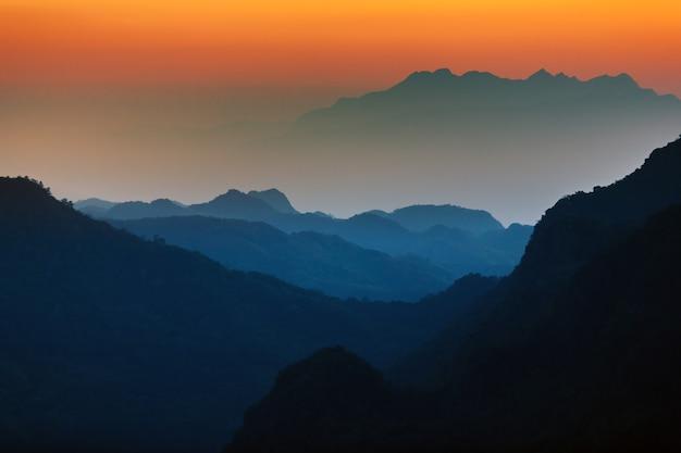 Majestueuze zonsonderganghemel over de bergen